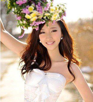皇冠发饰,是中长发新娘们不错的甜美迷人发型选择
